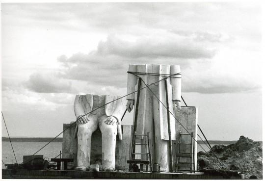 Marx-Engels-Denkmal (für Berlin-Mitte) vor der Werkstatt des Bildhauers Ludwig Engelhardt, Gummlin, Usedom, Mai 1985