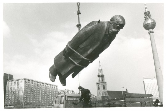 Marx-Engels-Denkmal (Berlin-Mitte), Aufstellen der Friedrich-Engels-Skulptur, Februar 1986