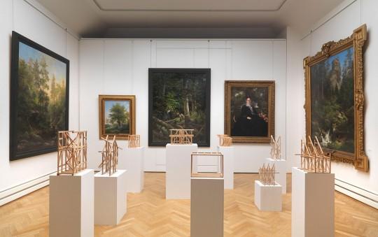 Ansicht des Leonhardi-Ateliers mit Fachwerk-Skulpturen von Olaf Holzapfel 2012 und spätromantischen Landschaften von Eduard Leonhardi