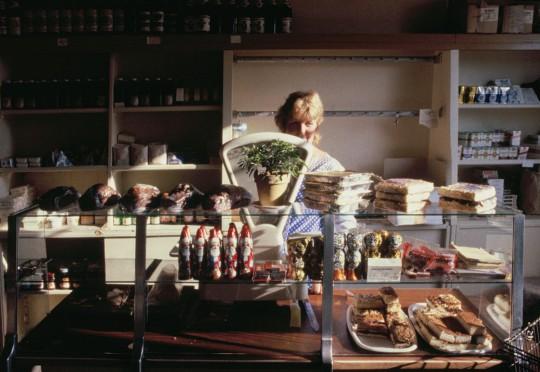 Farbfotografien aus: Ferner Osten. Die letzten Jahre der DDR – Fotografien 1986 – 1990; Dorfkonsum in Sachsen