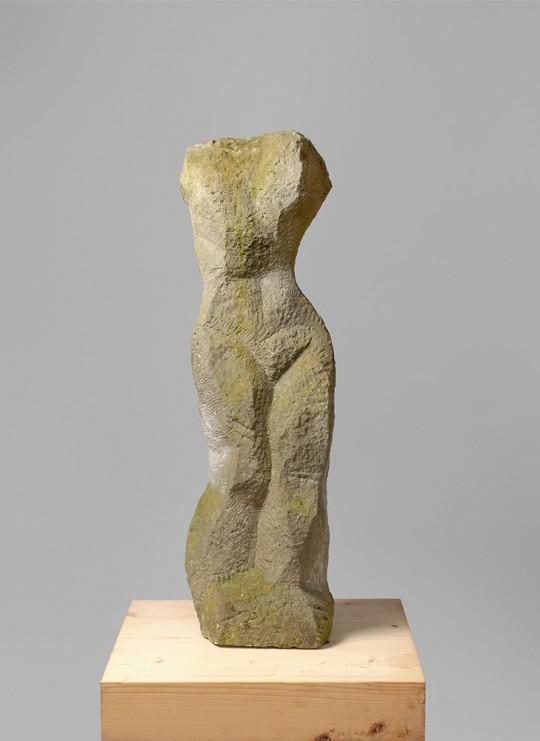 »Torso, stehend«, 1990er Jahre, Sandstein, 85 × 25 × 18 cm