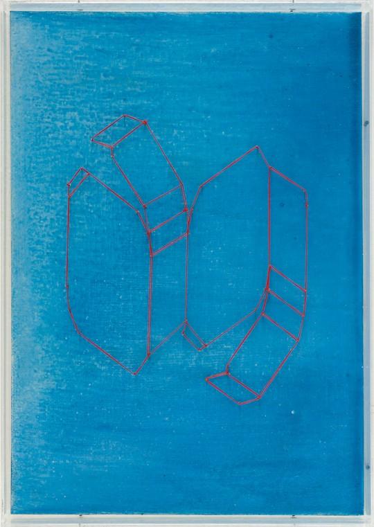 »Kristallregal (Nr. 6)«, 2000/2006, Holz, farbig gefasst, Faden, Stahlstifte, Plexiglas, 43,7 × 31,1 cm